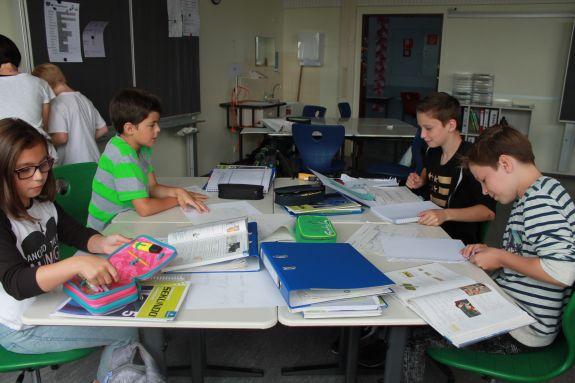 Schüler in der Tischgruppe